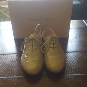 Cole Haan Tompkins Oxford in Patent Summer KhakiCo